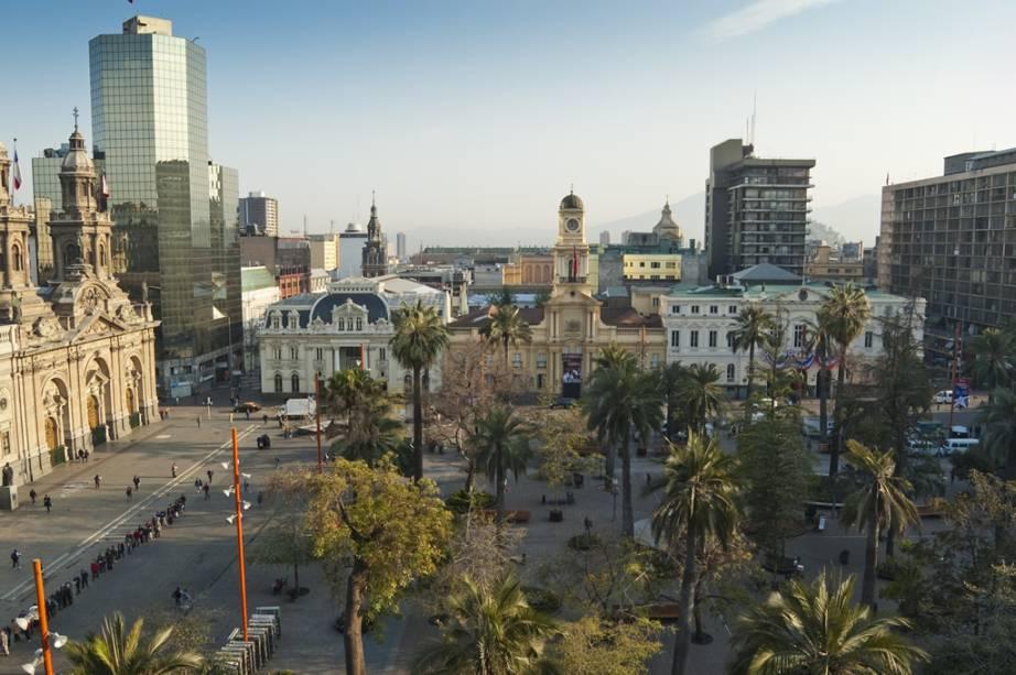 A Plaza de Armas é o ponto zero da cidade.  Reúne joias da arquitetura colonial, como a Catedral, o Correo Central e a Prefeitura, além de palmeiras centenárias