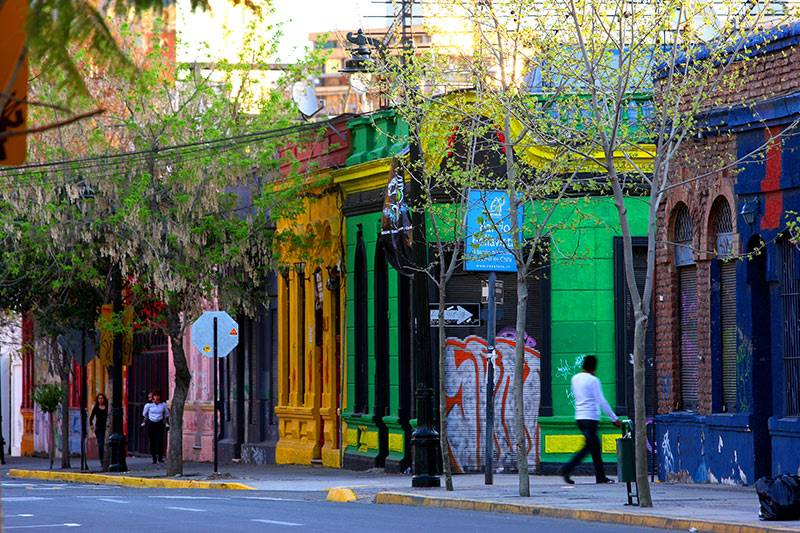 O Barrio de Bellavista é uma das principais atrações de Santiago do Chile, é caracterizado pelo grafite e muitas cores e possui um ambiente divertido e muito boêmio.