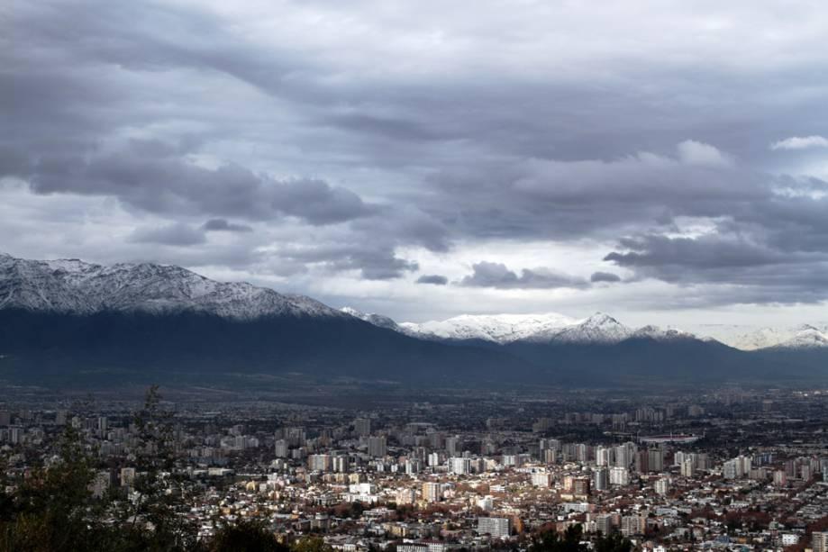 Após a subida íngreme com o funicular Cerro San Cristóbal, você tem uma vista panorâmica de Santiago.  Há também a estátua de 14 metros de altura da Virgem da Imaculada Conceição