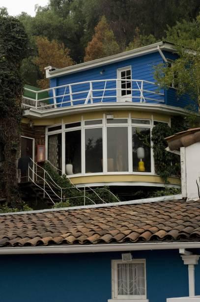 La Chascona, a terceira casa do escritor Pablo Neruda, lembra um barco com teto baixo, salas arredondadas e grandes janelas.  Tem a medalha que recebeu o Prêmio Nobel de Literatura em 1971