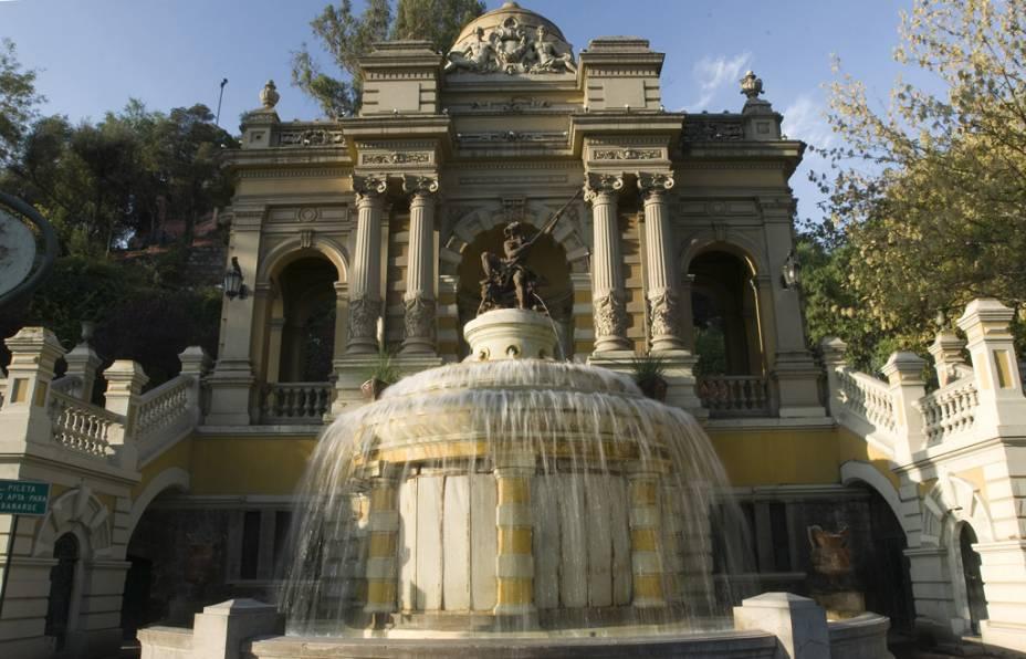 O Parque Santa Lucía, onde Santiago foi fundado no século 16, é adornado com estátuas e fontes.  Vale a pena subir os quase 300 degraus: do alto você tem uma vista panorâmica da cidade