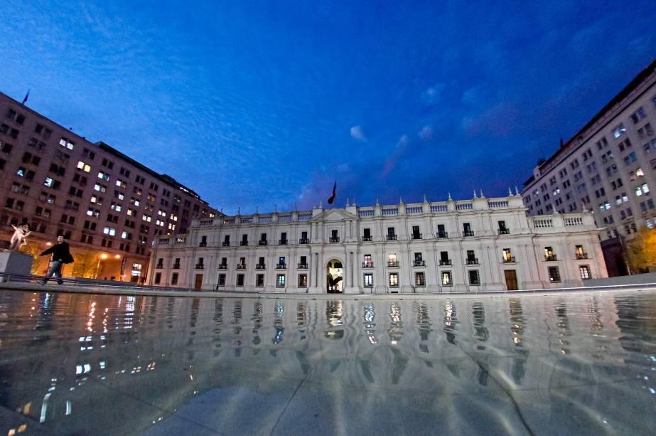 O Palacio de la Moneda é a sede da Presidência chilena e está localizado no coração de sua capital.  Inaugurado em 1805, o prédio exibe um belo estilo neoclássico e é cercado por uma praça florida ideal para belos passeios.