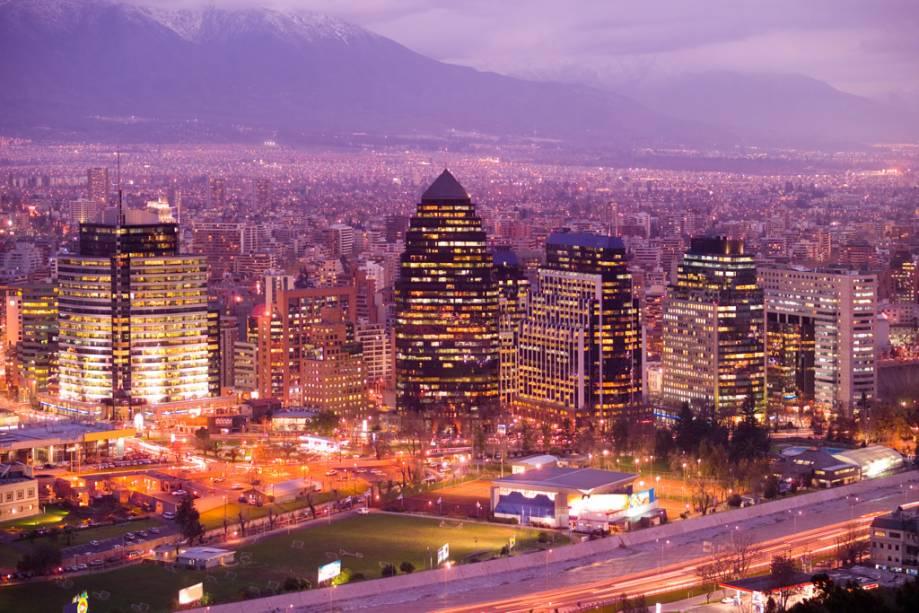 Emoldurada pelos altos Andes, Santiago tem uma aparência única