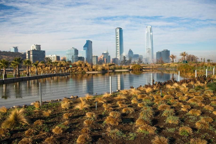 Se você tem tempo para visitar apenas um parque em Santiago, escolha o Parque Bicentenário com belos espaços verdes.  O local, inaugurado em 2010, está localizado no elegante bairro de Vitacura, cercado por montanhas e impressionantes edifícios comerciais.  Aqui você pode pedalar, fazer um piquenique e admirar dois lagos artificiais