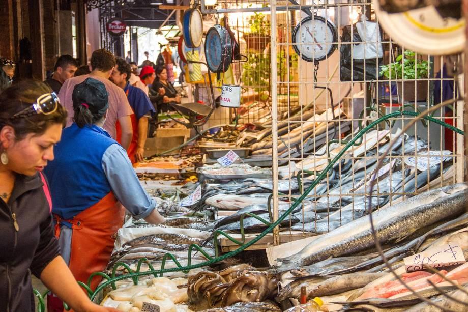 Uma das atrações turísticas mais populares de Santiago, o Mercado Central é agora uma grande praça de alimentação com restaurantes que servem cozinha italiana e frutos do mar exóticos colhidos nas águas do Oceano Pacífico.  Você também pode comprar especialidades chilenas como vinhos do Vale Central Carmenere aqui
