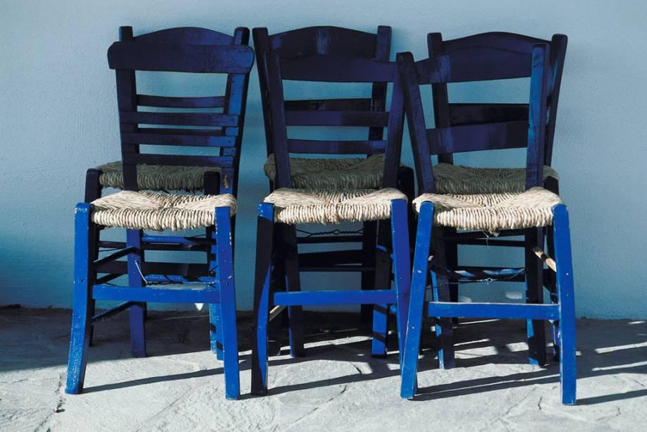 Cadeiras em uma das ruas tranquilas de Mikonos