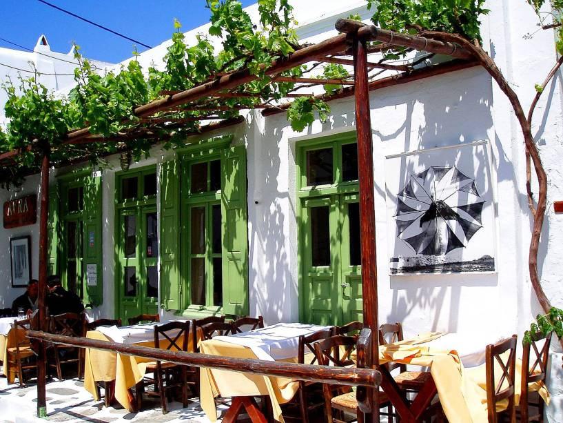 Um pequeno café charmoso em Mykonos, uma das ilhas das Cíclades