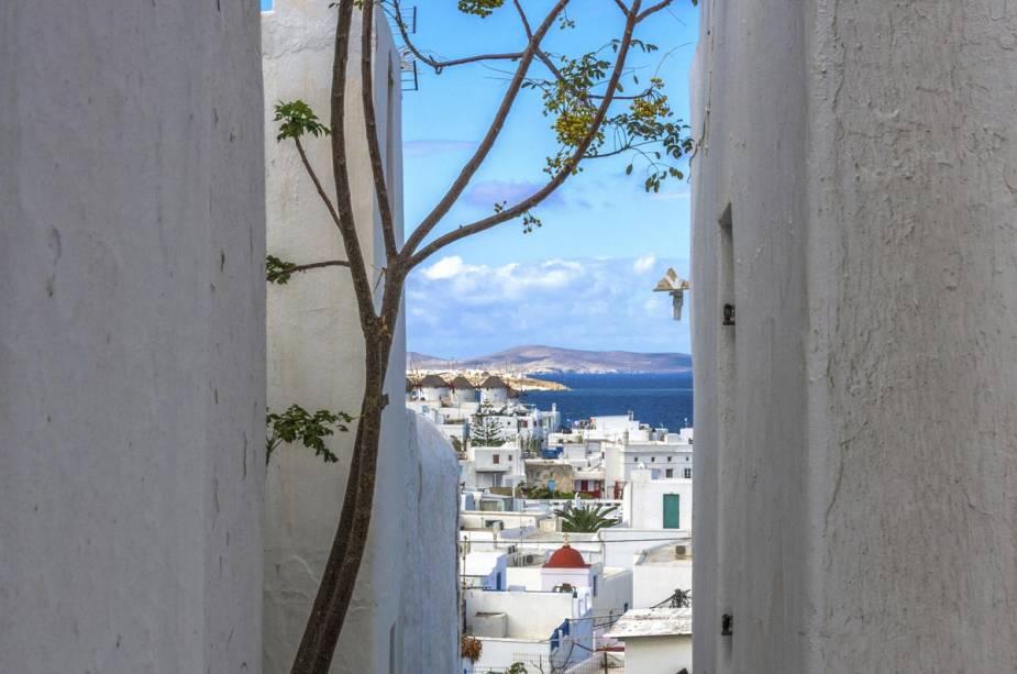 Rua típica de Mykonos com vista para o mar