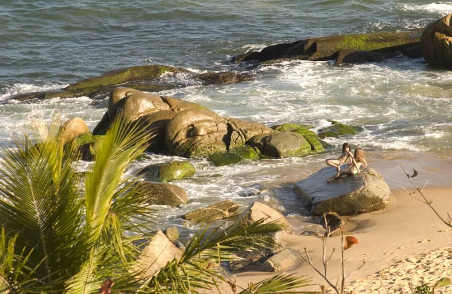 A Praia do Estaleiro ainda mantém um ar selvagem, mesmo com casinhas luxuosas e a rodovia Interpraias