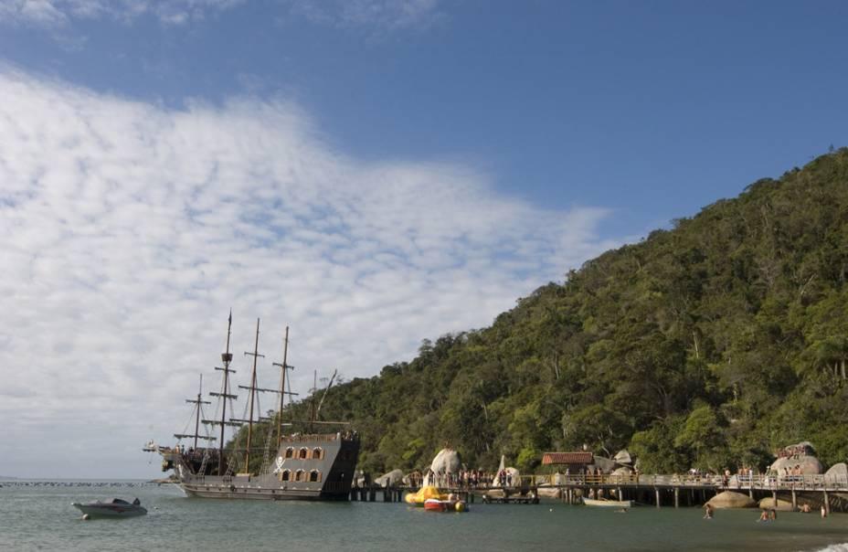 Os barcos do passeio pela praia de Laranjeiras parecem navios piratas com decorações temáticas e atores característicos.