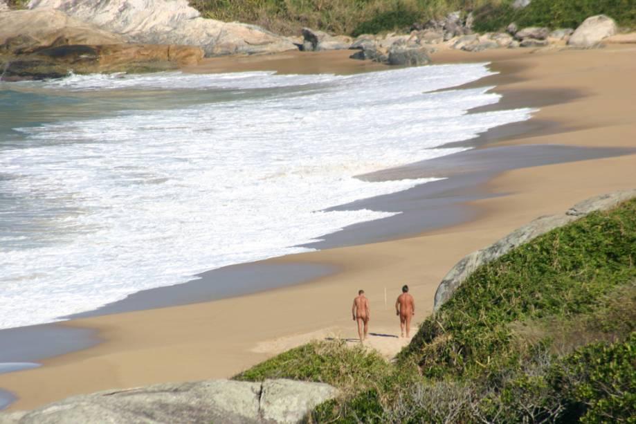 Você não precisa tirar a roupa para visitar a Praia do Pinho, a primeira praia oficial de naturismo do país