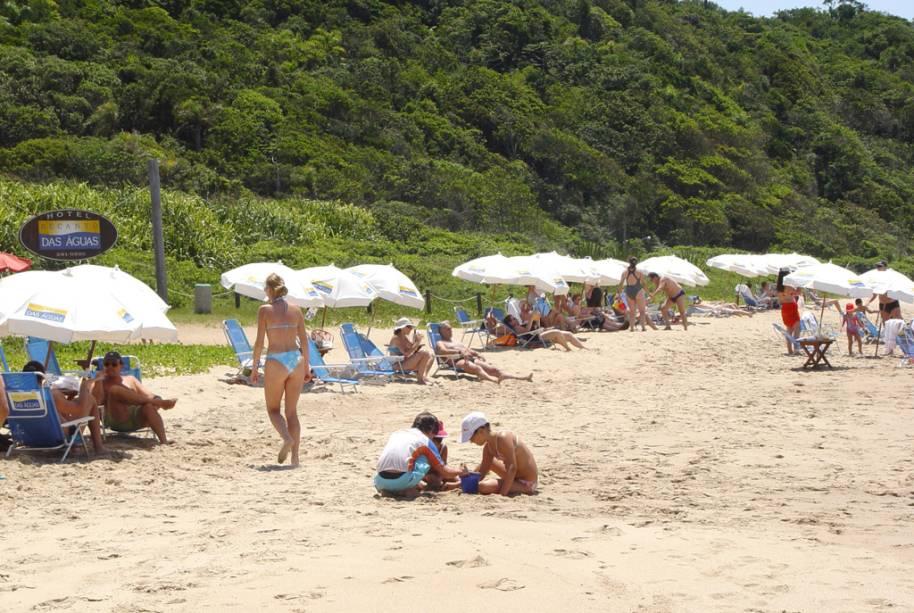 A Praia dos Amores é muito procurada por turistas e tem um mar agitado e um banco repleto de bares e quiosques.