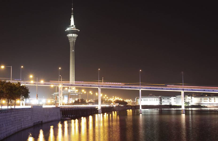 Com 338 metros de altura, a Torre de Macau oferece a melhor vista da cidade.  O observatório no topo oferece vistas panorâmicas, restaurantes, cinemas, shoppings, a famosa Skywalk X (uma passarela que circunda a torre) e o salto de bungee jump mais alto do mundo (233 metros!).