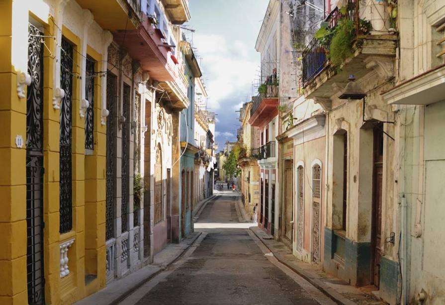 Andar pelas ruas e becos é a melhor maneira de conhecer Havana e suas antigas construções