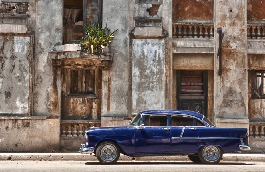 Prédios antigos e até carros, cena comum em Havana
