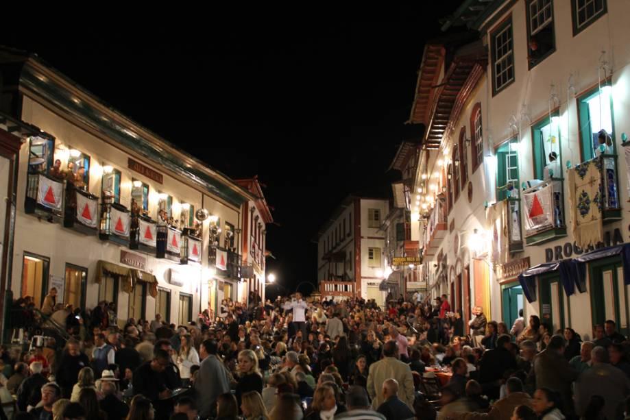 Artistas locais sobem as escadas das vilas para tocar músicas do popular cancioneiro Vesperata, o maior evento musical da cidade