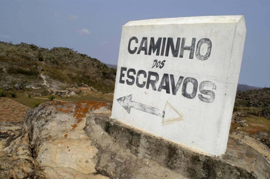 Placa indicando a rota dos escravos, parte da ex-colônia da Rota Real do Brasil