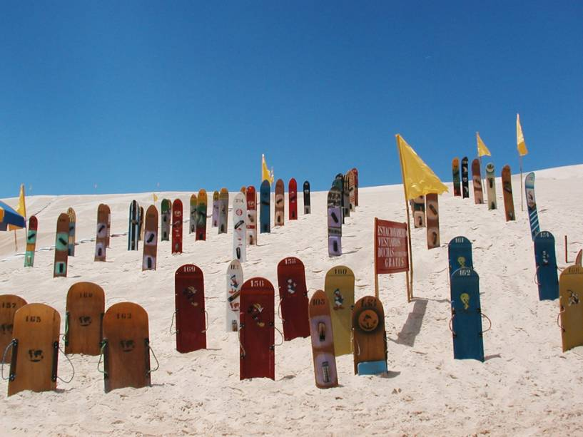 Surfar na areia não é fácil, mas pode ser muito divertido.  São três bares que alugam equipamentos entre Garopaba e a Praia do Siriú