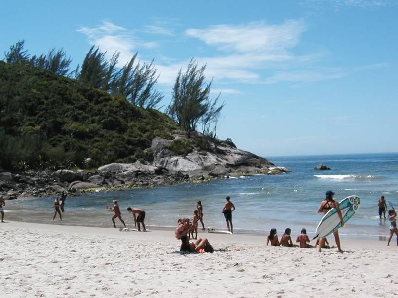 Considerada uma das melhores praias do surfe, a Ferrugem também é frequentada por bares noturnos e discotecas.