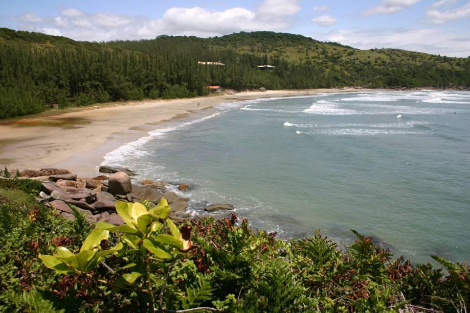 Ao ar livre e sem muito movimento, a Praia Vermelha tem ondas fortes, boas para o surf