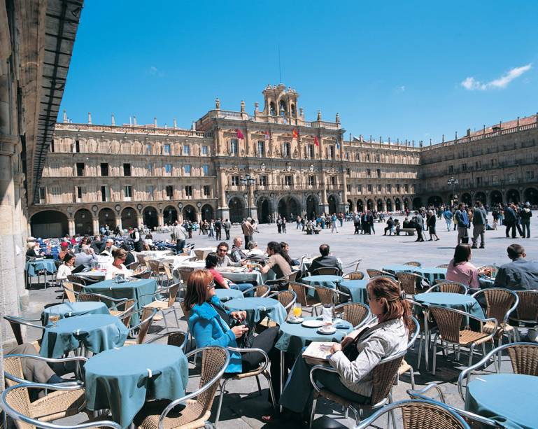 A Plaza Mayor de Salamanca está sempre cheia de artistas, estudantes e turistas em cafés aconchegantes