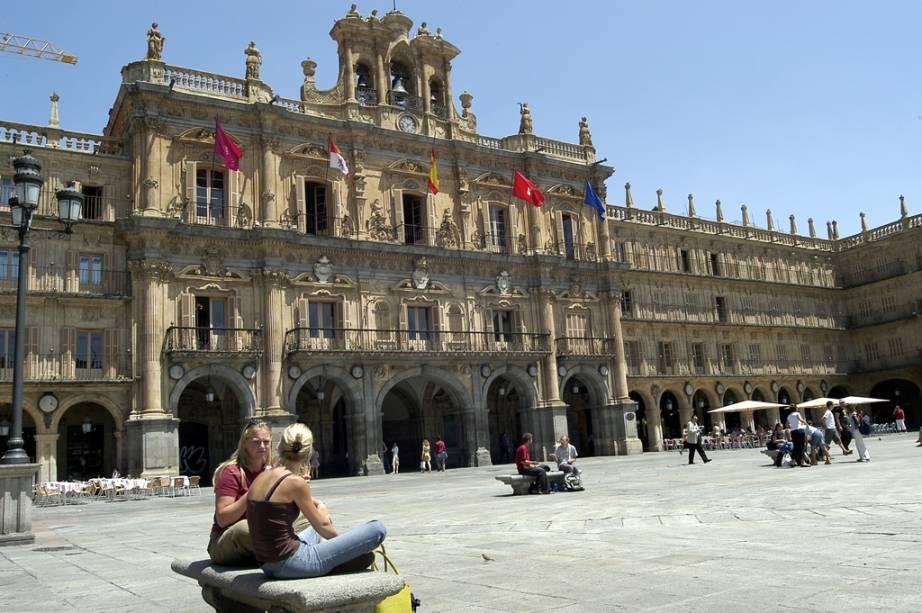 A Plaza Mayor de Salamanca está sempre cheia de artistas, estudantes e turistas sentados em cafés aconchegantes