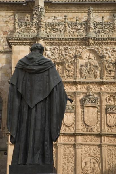 A fachada das Escuelas Mayores da Universidade de Salamanca foi fundada no século XIII e é um complexo de imagens mitológicas, heráldicas e religiosas