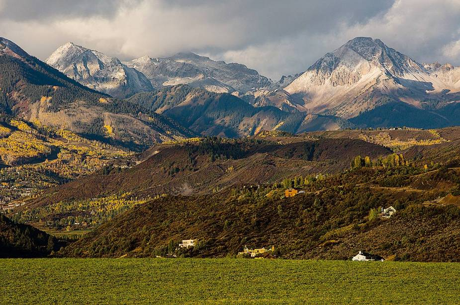 As paisagens de Aspen são sempre atraentes.  Para se locomover há ônibus e vans com entrega gratuita