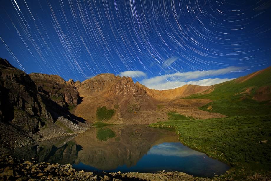 Trilhas estelares em Cathedral Lake na região de Aspen-Snowmass.  As paisagens locais são de tirar o fôlego