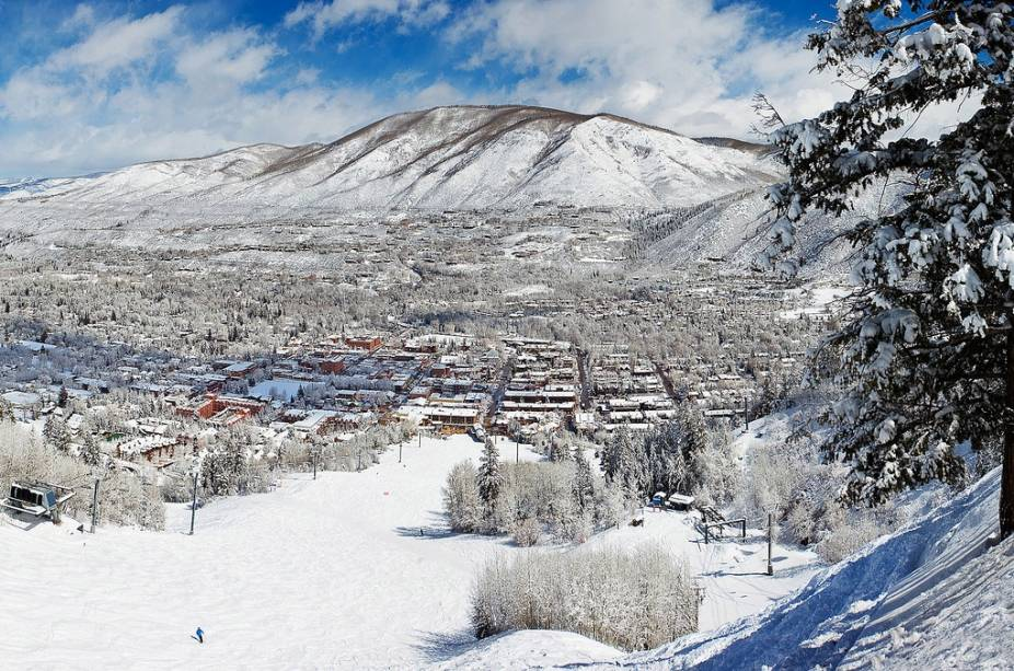 Visão geral da região de Aspen.  O inverno é a melhor época para visitar devido aos esportes.  No entanto, a área também oferece boas oportunidades para quem a visita em outras épocas do ano.