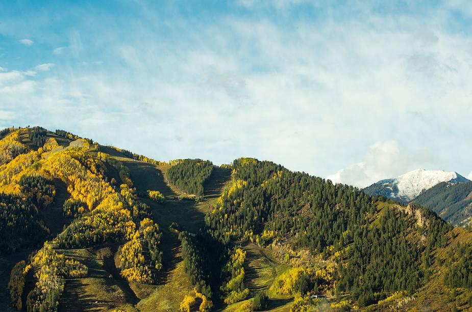 Há muita agitação perto do resort, com bares, clubes e restaurantes locais com excelentes vistas da montanha