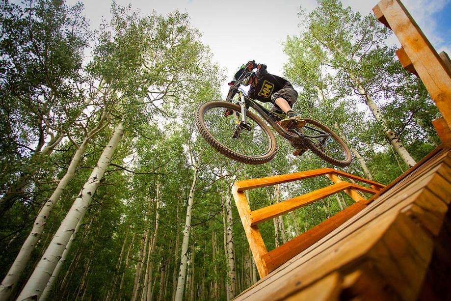 Mountain bike em Aspen-Snowmass.  Durante o verão, a região fica repleta de turistas que querem se arriscar nas trilhas locais.