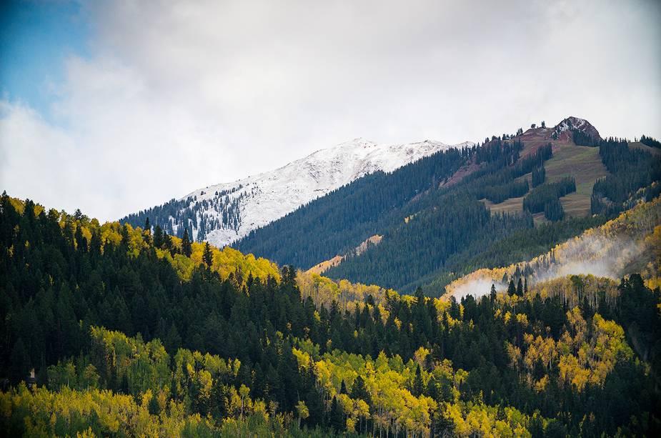 A melhor maneira de chegar a Aspen é saindo do Aeroporto Internacional de Denver e dirigindo por uma rodovia com vista para a montanha.