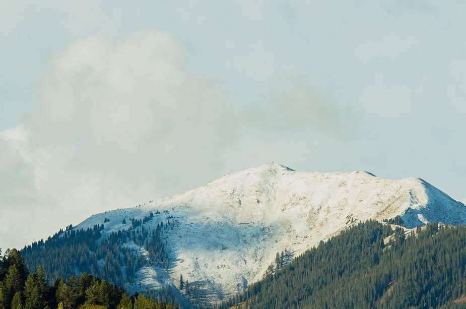 Existem serviços de ônibus de Denver para Aspen.  Porém, é importante observar: no inverno a estrada fica cheia de neve e requer atenção especial