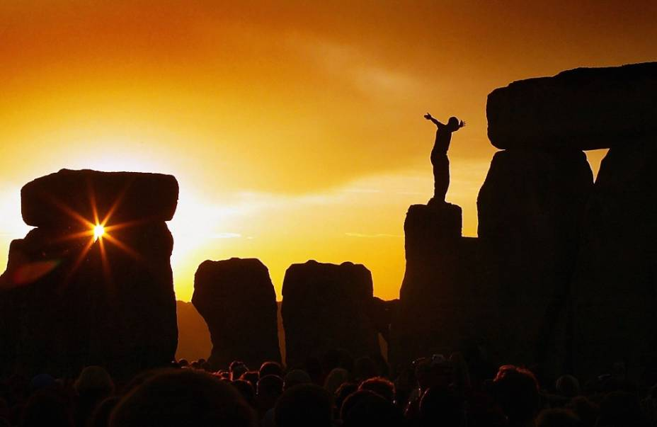 Um dos maiores segredos do Reino Unido, Stonehenge em Salisbury atrai todos os tipos de turistas durante o solstício de verão