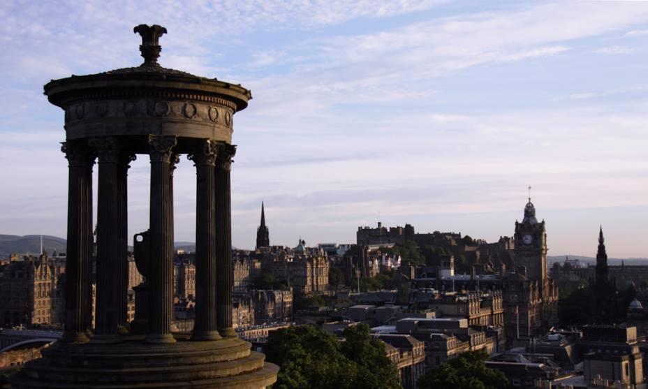 Monumento a Dugald Stewart e o Castelo de Edimburgo ao fundo