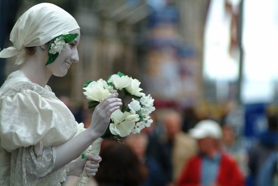 A atriz sai às ruas durante o Festival de Edimburgo, que transforma a cidade em um palco global de música, dança, teatro e artes visuais durante três semanas entre agosto e setembro.