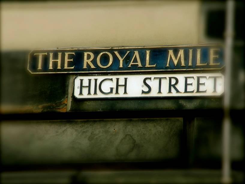 A Royal Mile, uma série de ruas no centro de Edimburgo, atrai muitos turistas com suas lojas, pubs e restaurantes
