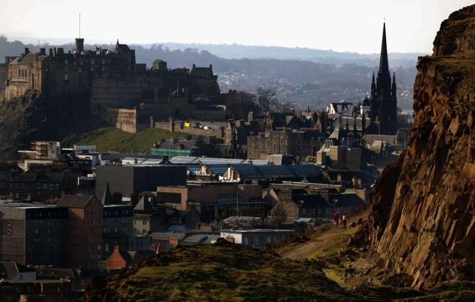 Vista geral de Edimburgo com Salisbury Crags e o famoso castelo com vista para a cidade