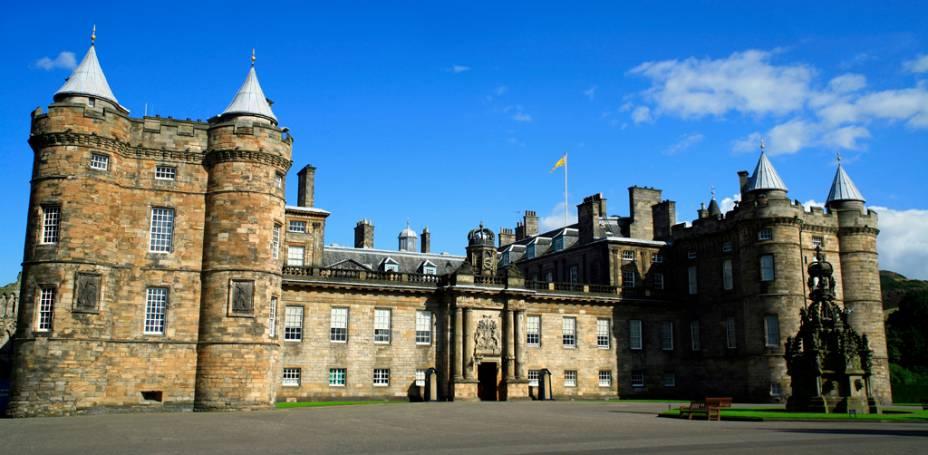 A atual monarca Elizabeth II usa Holyroodhouse como residência oficial durante suas visitas à Escócia, quando cerimônias suntuosas são realizadas em seus esplêndidos quartos