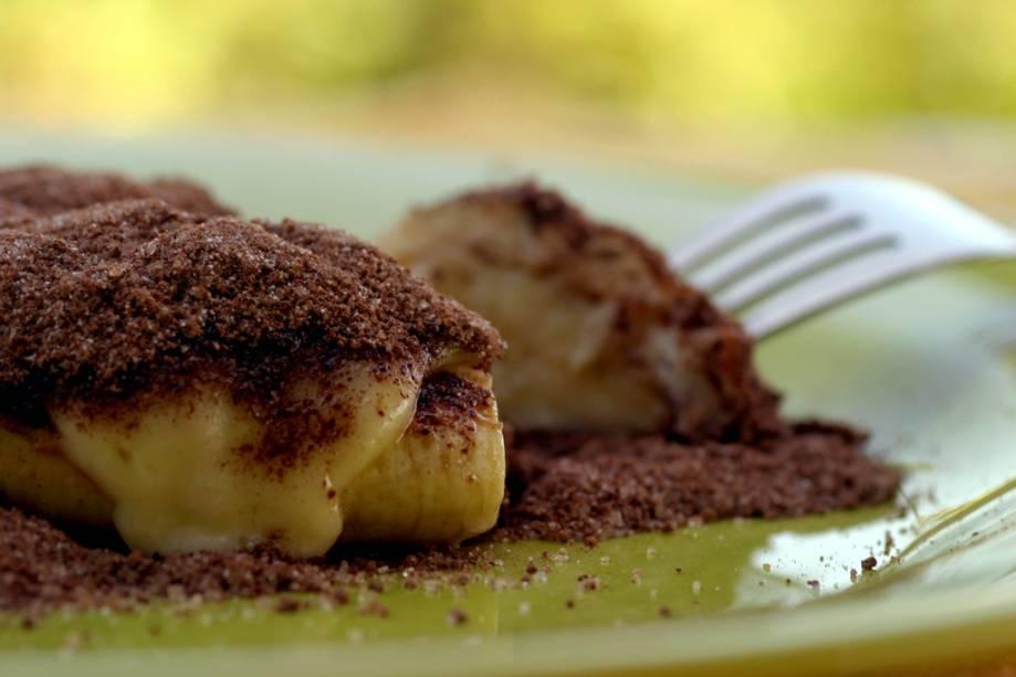 A sobremesa Cartola, feita com banana frita na manteiga e coberta com coalho derretido e canela, é uma das receitas do chef César Santos servida no restaurante Oficina do Sabor.