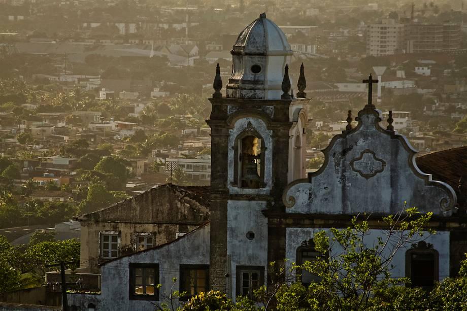 Na Igreja da Misericórdia, a Madona é retratada em azulejos portugueses na entrada e nas pinturas do tecto, ladeadas por caixilharia de madeira