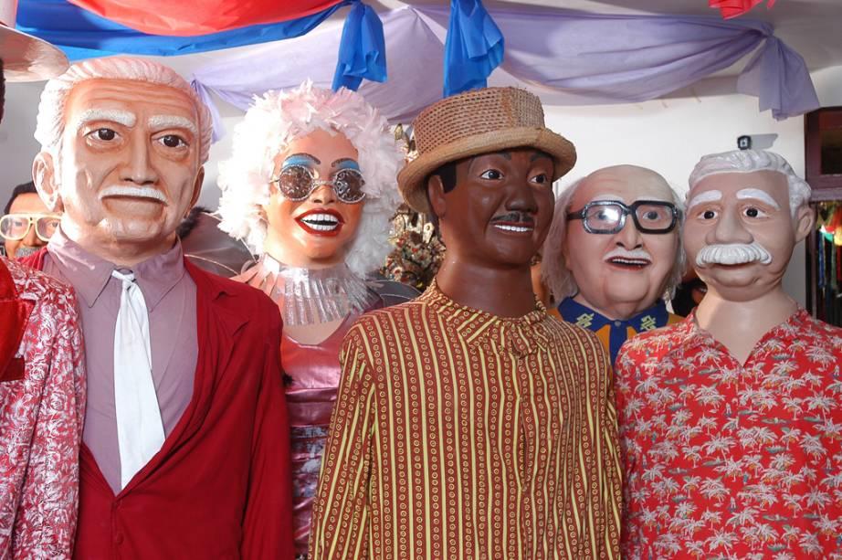 Bonecos gigantes são o símbolo do carnaval de Olinda.  Uma das alegorias, o homem da meia-noite, avança à meia-noite de sábado para marcar o início das festividades