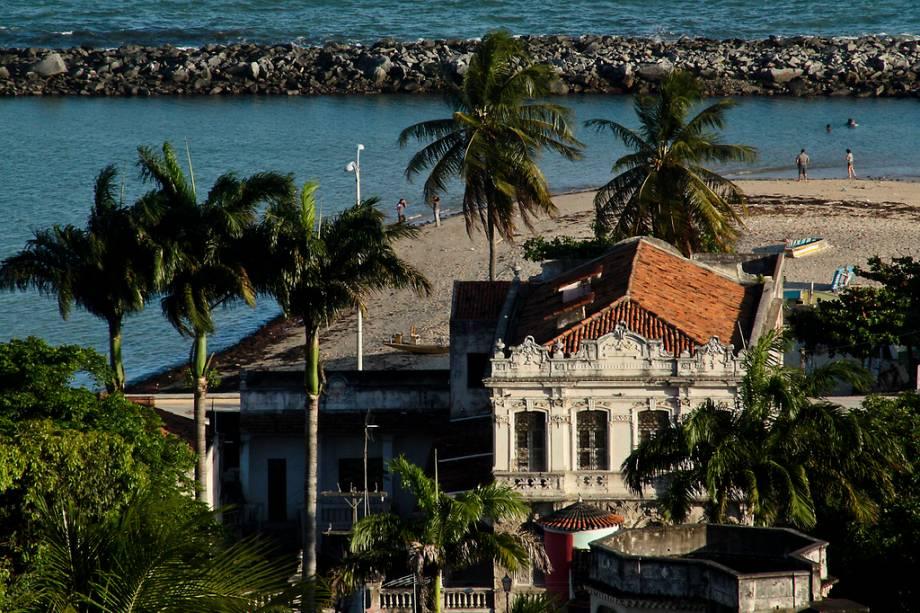 Do alto da Igreja da Sé, você tem uma vista de cartão-postal: em primeiro plano a igreja, as árvores e os coqueiros e ao fundo o mar do Recife