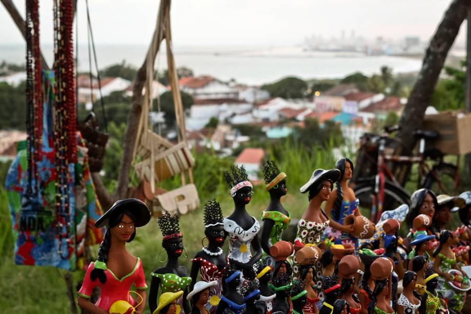 Alto da Sé é o lugar para comprar artesanato local, pinturas, vestidos de renda e lembranças.  Há também o Mercado da Ribeira, onde estão expostos enormes bonecos de carnaval.