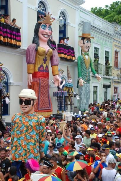 No carnaval as encostas de Olinda se enchem de turistas brincando entre bonecos gigantes e dançarinos de frevo