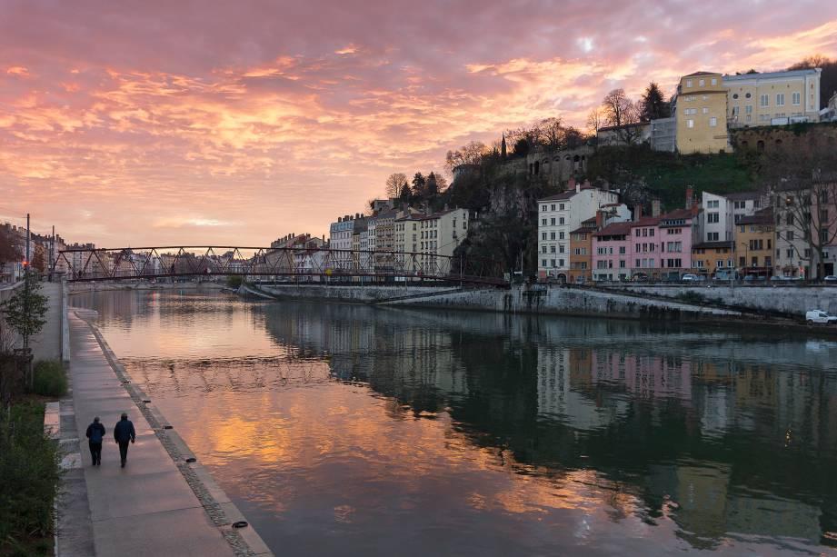 """O dia nasce à beira de um dos rios que cortam a cidade""""http://viajeaqui.abril.com.br/cidades/franca-lyon"""" rel =""""Lyon"""" Meta =""""_vazio""""> Lyon, na""""http://viajeaqui.abril.com.br/paises/franca"""" rel =""""França"""" Meta =""""_vazio""""> França"""" class=""""lazyload"""" data-pin-nopin=""""true""""/></div> <p class="""