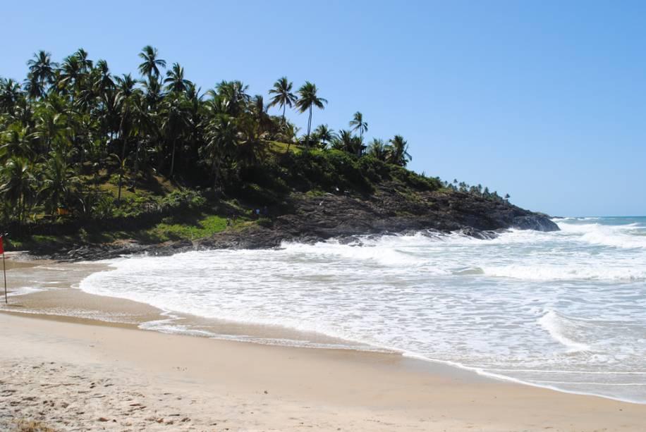 Com uma faixa de areia de apenas 100 metros, a Praia da Costa é quase deserta e tem um mar agitado
