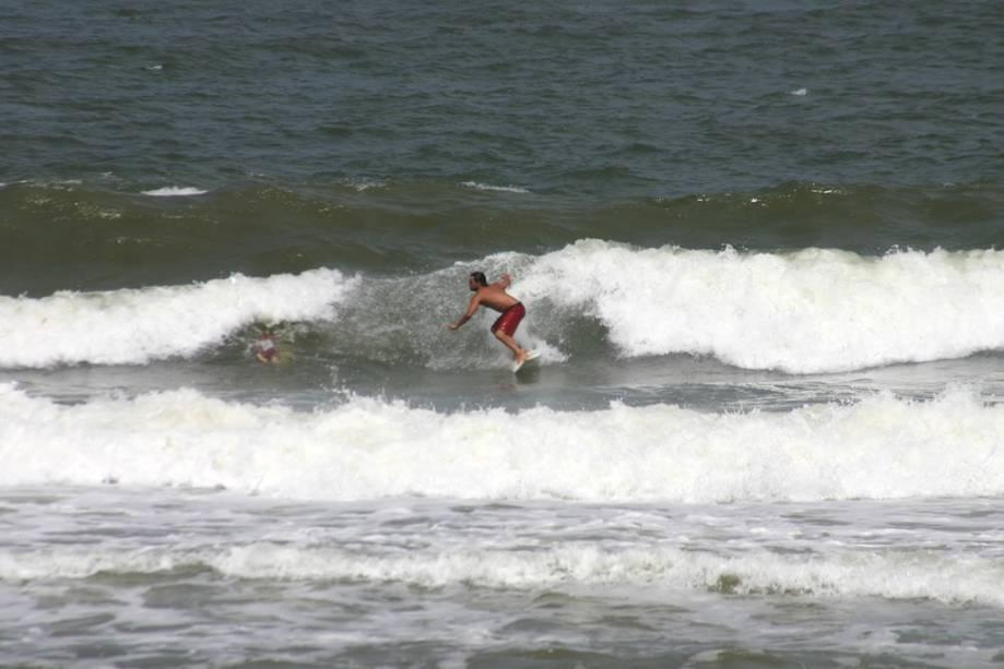 Surf na Praia do Rezende, que tem uma pequena faixa de areia e é cercada por coqueiros