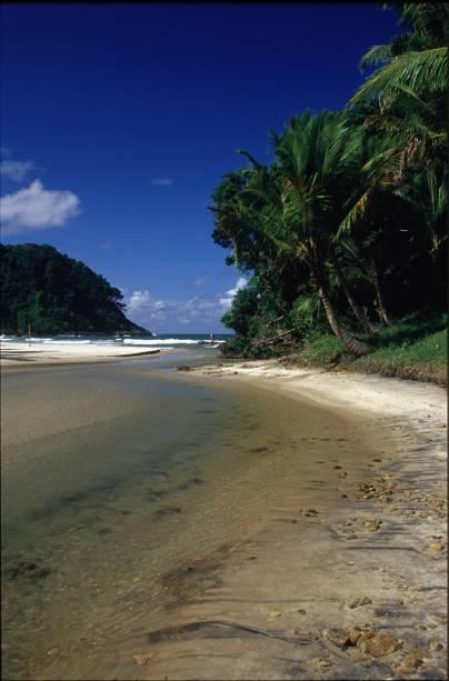 A praia de São José, pequena e formada pelo encontro entre o rio e o mar